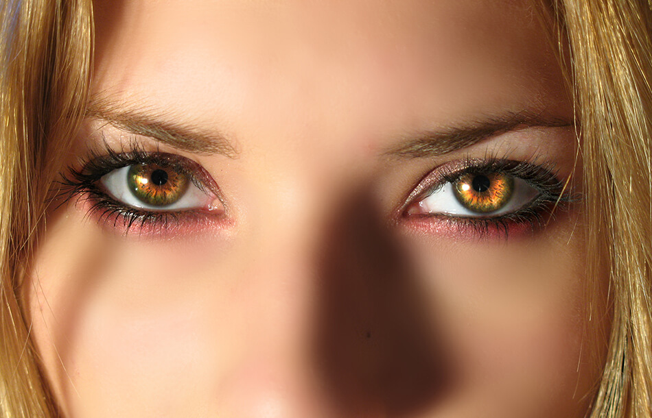 woman with bright eyes daily contact lenses