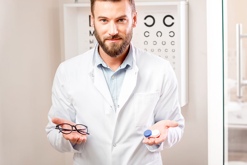 eye doctor giving choice between glasses and contact lenses